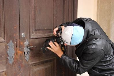 Dušan demonstrates photographing door handles.